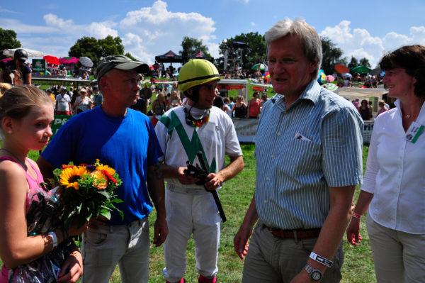 Bürgermeister der Gemeinde Drage Uwe Harden und Ronnie Bonk (Stall S.+K.)