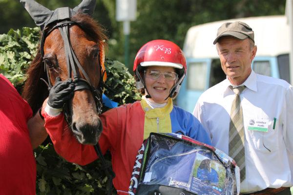 Vorsitzender des Rennvereins Günther Porth mit Katie Beer und Gentleman AS (Besitzer: Jens Oetken)