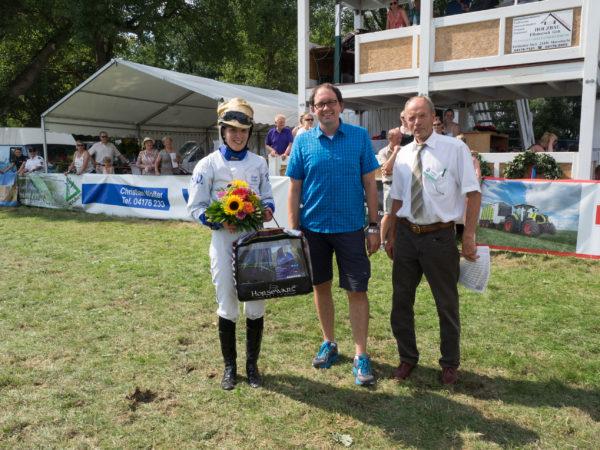Ronja Walter mit Sponsor Volksbank Winsener Marsch und Rennvereinspräsident Günther Porth